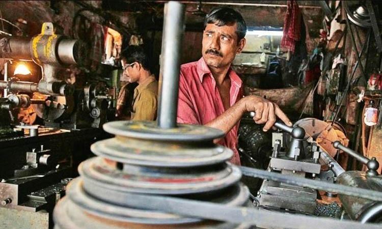 বাংলাদেশে অর্ধেক কারখানা পরিচালনা করছে ডিগ্রিবিহীন কর্মী